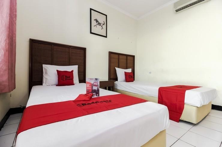 RedDoorz Plus near Grage City Mall Cirebon - Room