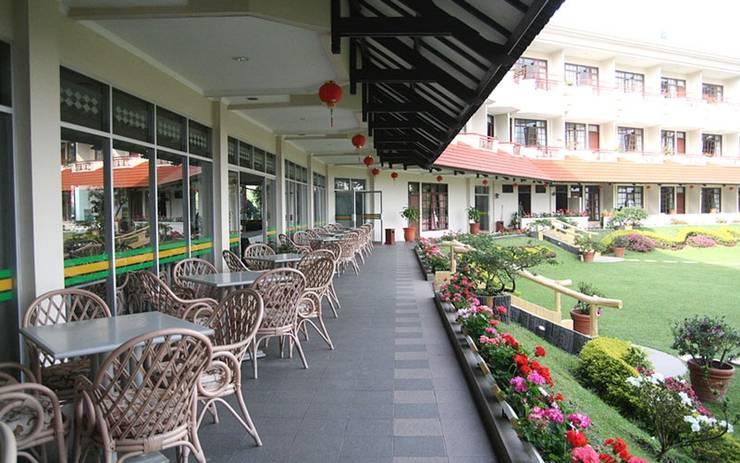Sinabung Hills Resort Berastagi - teras coffee shop