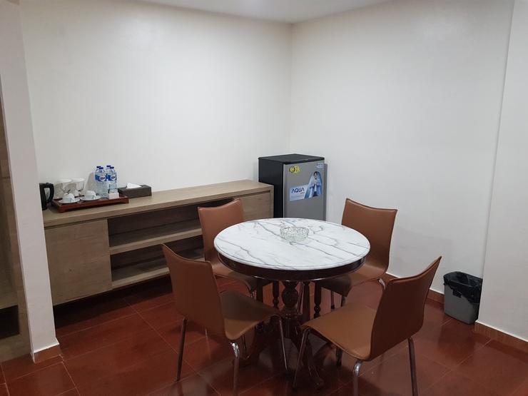 Hotel Seruni  Batam - Meja Makan