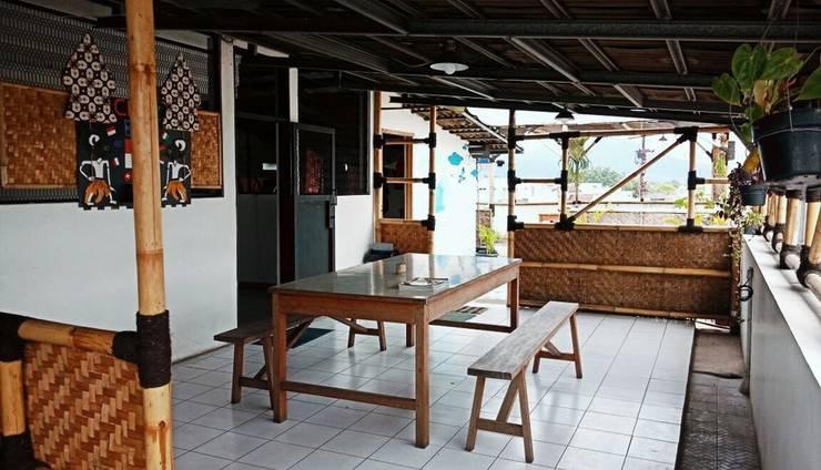 Chez Bon Hostel Bandung - Breakfast Di Roof Top