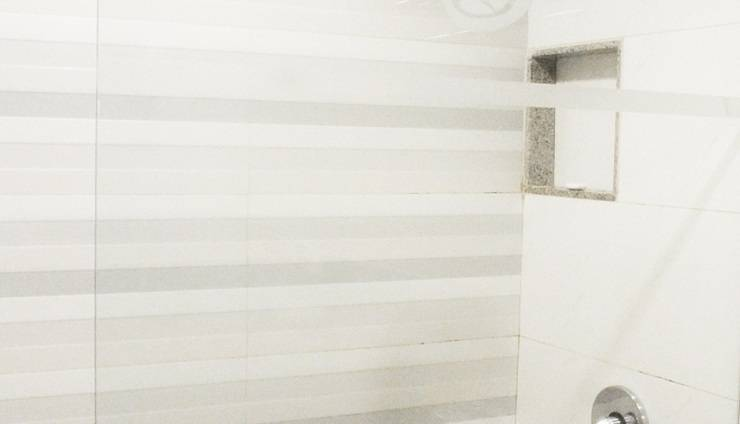 Hotel New Saphir Yogyakarta - Bathroom with shower