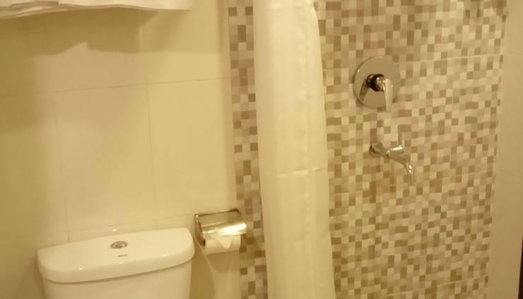 Jodipati Hotel Bengkulu - Toilet dan shower berdiri deluxe room