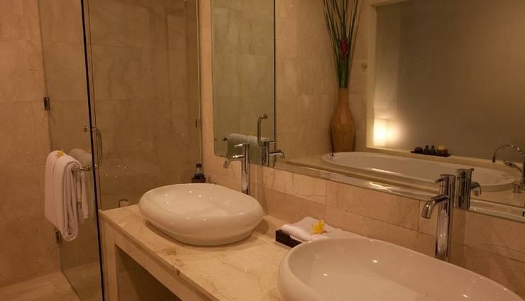 Kamuela Villas & Suites Sanur - Suite Bathroom