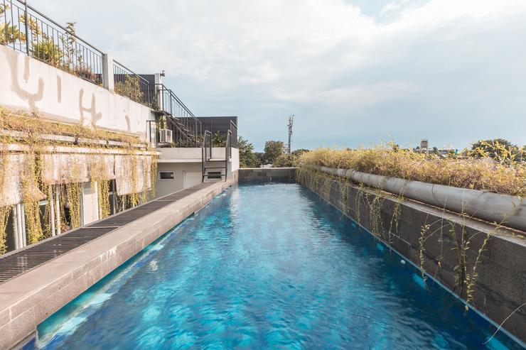 OYO 551 The View Syariah Jakarta - Swimming pool