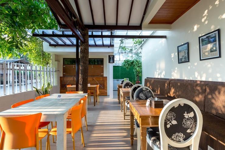 Jayagiri Guesthouse Bandung - Coffee shop lokasi deket lobby (saat Siang)