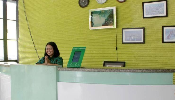 D'Green Hotel Makassar - Receptionis