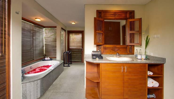 Bali Baliku Private Pool Villas Jimbaran - Flower on Bathtub
