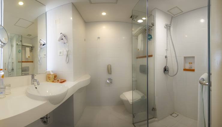 HARRIS Hotel and Conventions Denpasar Bali - Bathroom