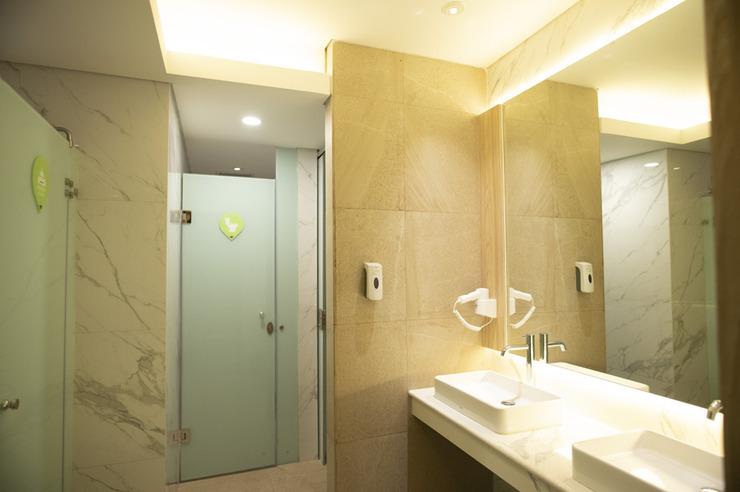 Whiz Capsule Hotel Thamrin Jakarta Jakarta - Bathroom
