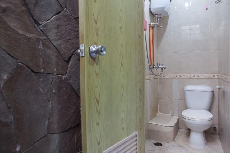 RedDoorz @ Raya Ngagel 3 Surabaya - Bathroom