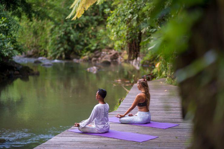 Svarga Loka Resort Bali - Yoga dan meditasi di dek sungai