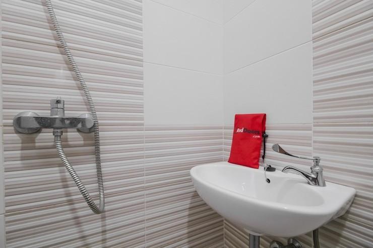 RedDoorz @ Kampung Bintang Bangka - Bathroom