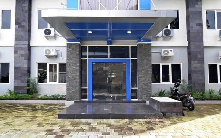 RedDoorz Plus near Museum Keraton Surakarta Solo - Exterior