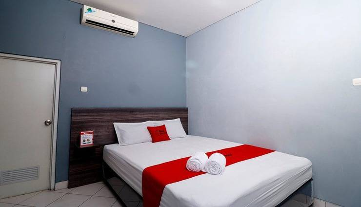 RedDoorz Plus near RS Harapan Kita Jakarta - Room