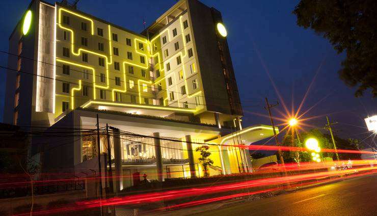 Yello Hotel Jemursari - Building