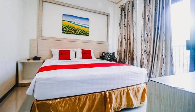 RedDoorz Plus near Sultan Hasanuddin Airport Makassar - Guest room