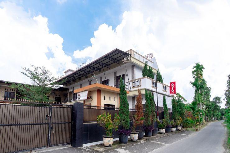 OYO 1371 Carofin Guest House Medan - Facade
