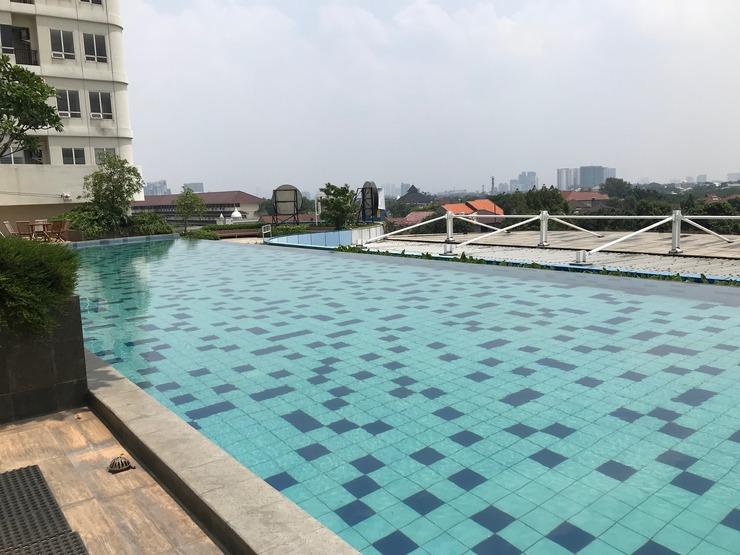 Compact and Artsy Studio Cinere Bellevue Apartment By Travel Depok - Kolam renang