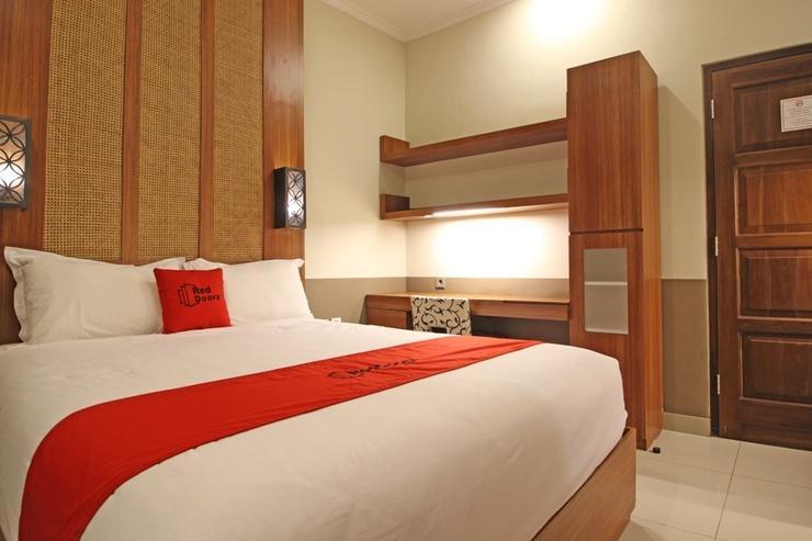 RedDoorz Plus near Hartono Mall 2 Jogja - Guestroom