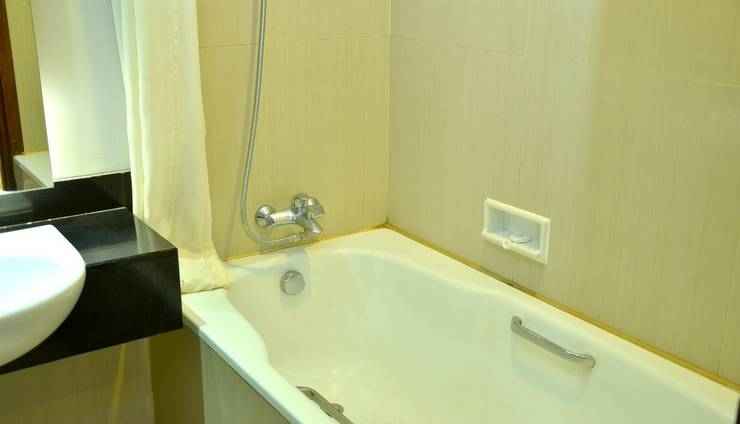 Grand Cakra Hotel Malang - Bathroom
