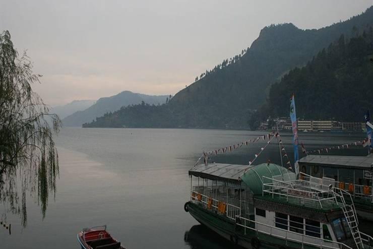 Pandu Lakeside Hotel   - Pemandangan