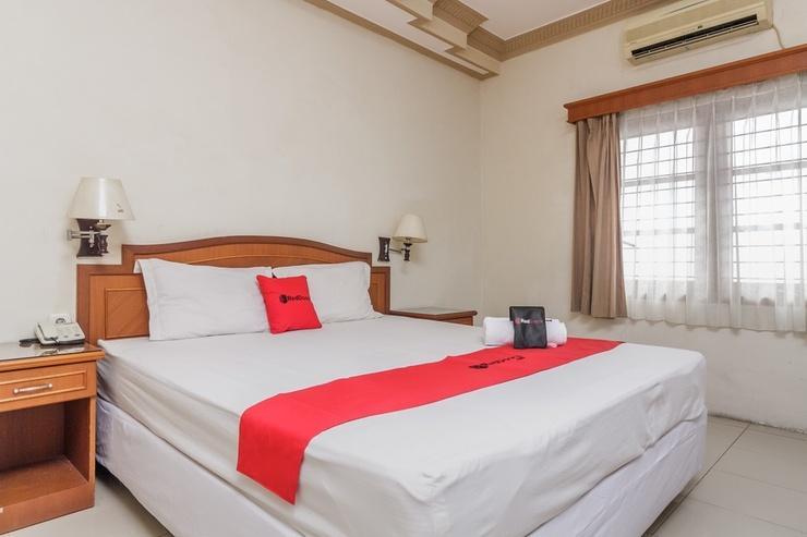RedDoorz Plus near Taman Siring Banjarmasin - Guestroom