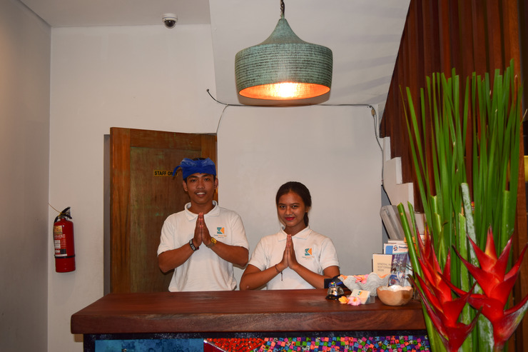 Casa Kayu Aya Bali - Meja depan