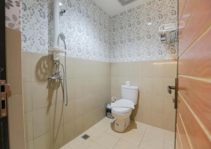 Hotel Oriza  Surabaya - Bathroom