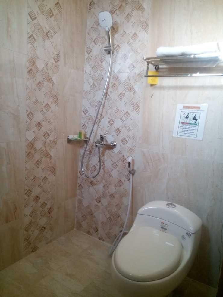 Nugraha Homestay Surabaya - Bathroom