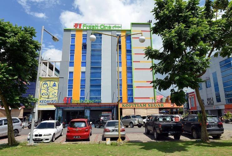 Hotel Fresh One Batam - building