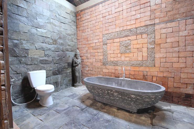 Airy Denpasar Selatan Tukad Badung 16 Bali - Bathroom