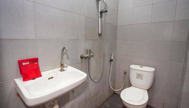 RedDoorz @ Raya Ngagel 2 Surabaya - Bathroom