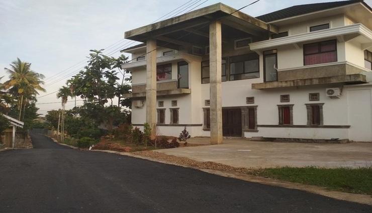 Almira Homestay Jambi - Exterior