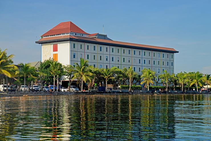 Hardys Hotel Singaraja - Lokasi hotel di depan pantai