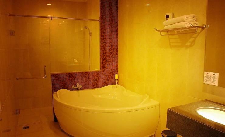 Hotel Grand Fatma Tenggarong - Suite's Bathtub