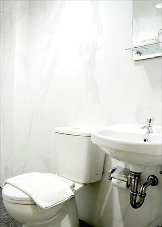 Hotel 88 Mangga Besar Jakarta - Bathroom