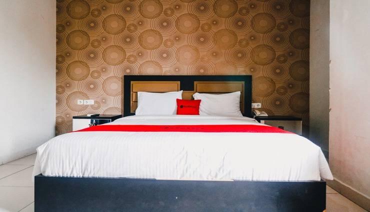 RedDoorz Plus near Cambridge City Square Medan - Room
