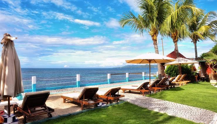 Bali Seascape Beach Club Candidasa - rumput dan dek matahari di strip pasir putih