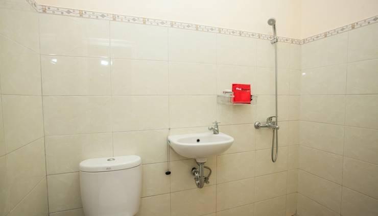 RedDoorz Plus near Brawijaya University Malang - Bathroom