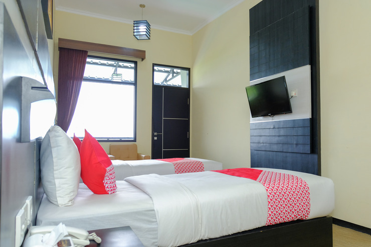 OYO 887 Green Hill Hotel and Convention Center Jember - Guestroom SuT
