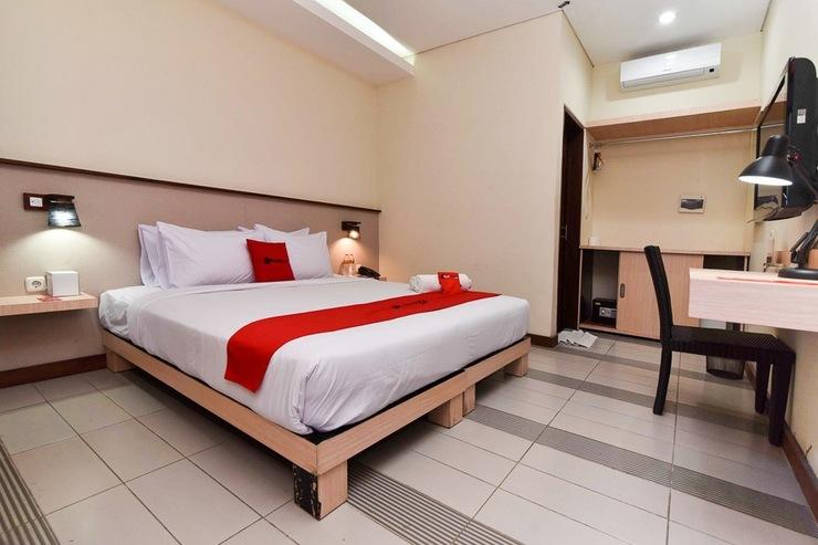 RedDoorz near Legian Street Bali - Guest Room