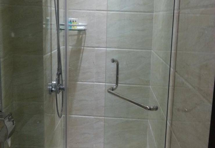 Cardinal Lucky Star Hotel Batam - Shower