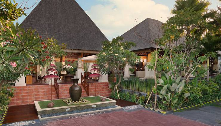 Villa Kayu Raja Bali - Frontview Garden