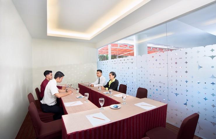 Cipta Hotel Pancoran - Ruangan rapat dekat kolam renang