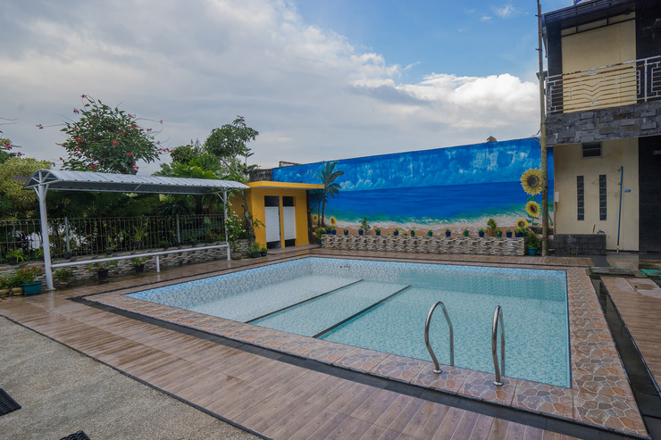 OYO 564 Bunga Matahari Guest House and Hotel Malang - Swimming pool