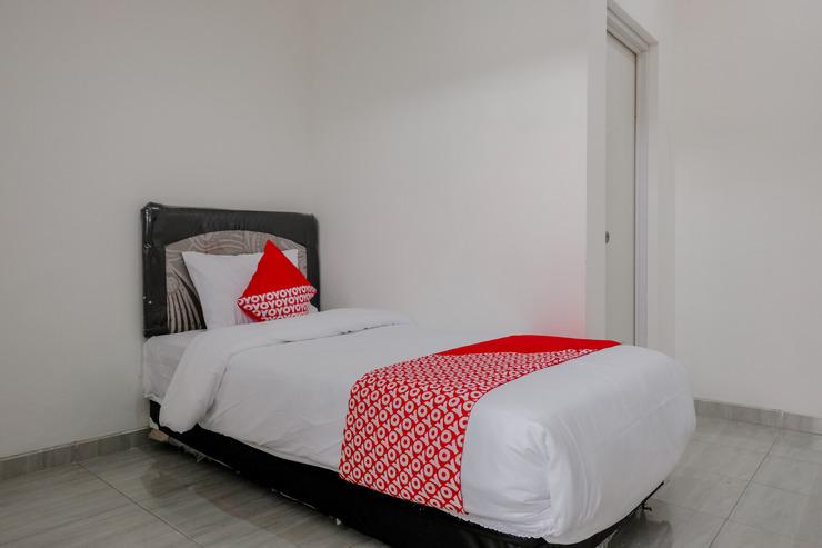 OYO 1176 J3 Residence Syariah Jember - Bedroom S/S