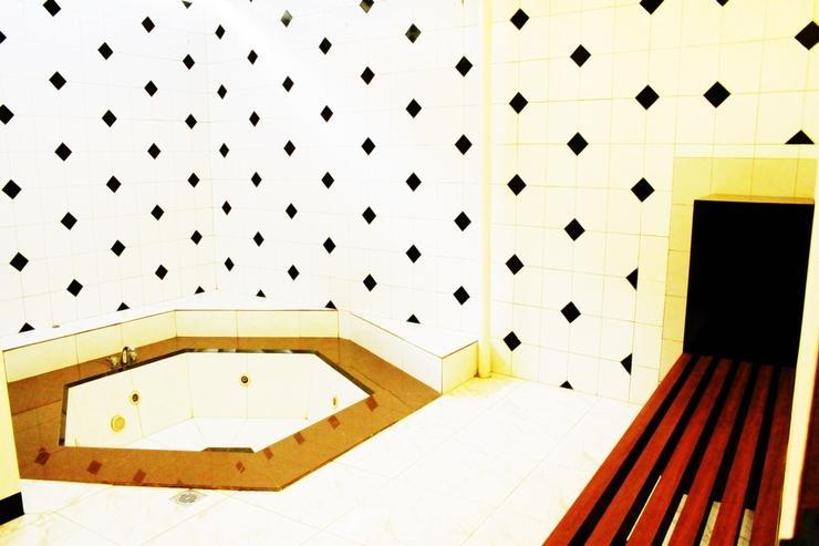Rumah Pinus Guesthouse Bandung - Family Room Bathroom