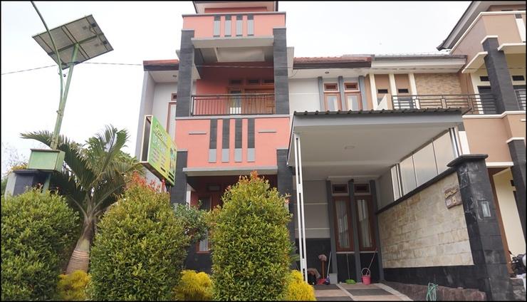 Comfort Living at Villa DP Planet 19 Malang - exterior