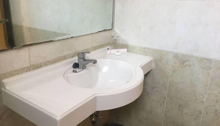 Hotel Sulawesi Kertajaya Surabaya - Bathroom