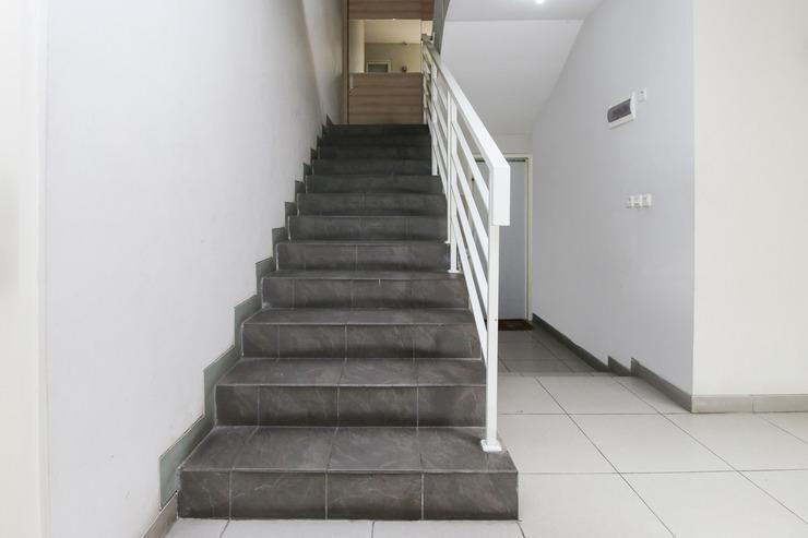 Airy Darmo Kanwa 18 Surabaya - Stairs